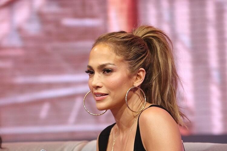 jennifer lopez wearing a ponytail